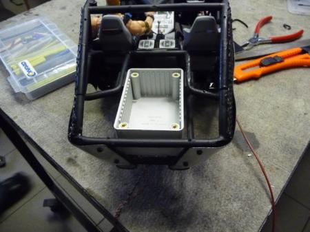Elektronik in einer wasserfesten Box nach hinten verlegt