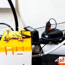 Der Q4 Quadcopter wird über das mitgelieferte USB Ladekabel geladen, dauert ca. 20min.
