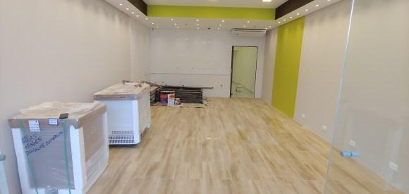 loja-cacau-chow-com-piso-de-madeira-porcelanato