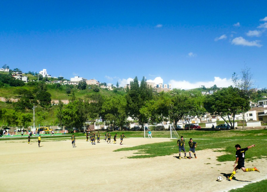 Sporting Loja y Club Calle Quito debutaron en la Cancha de fútbol del Parque Recreacional Jipiro.Club Calle Quito jugó con 10 elementos.