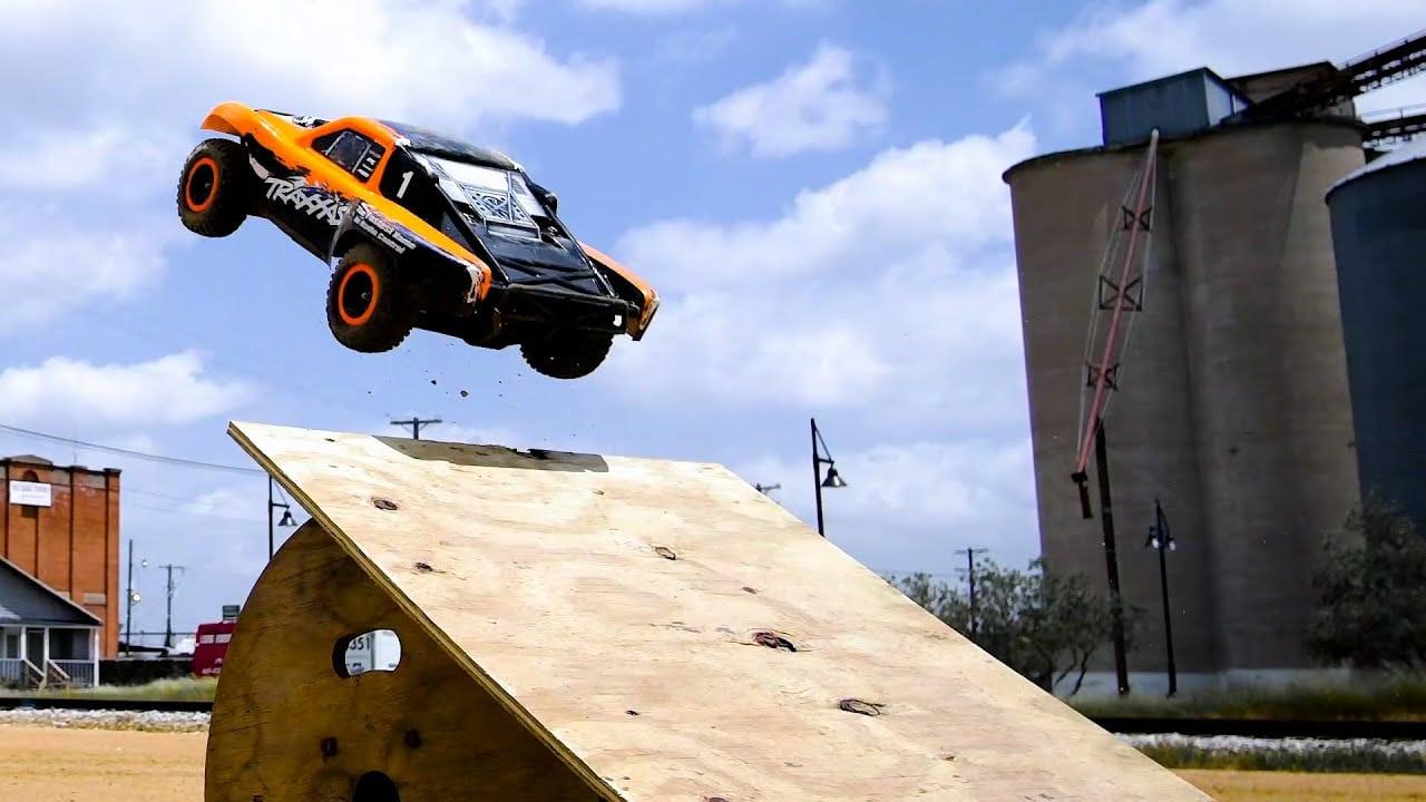 Urban Action with the Traxxas Slash 4×4 VXL [Video]