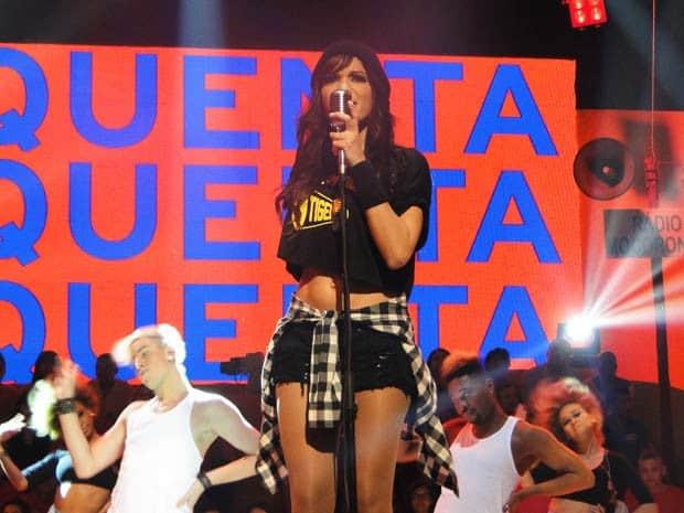 "Anitta se apresentando no ""Esquenta"""