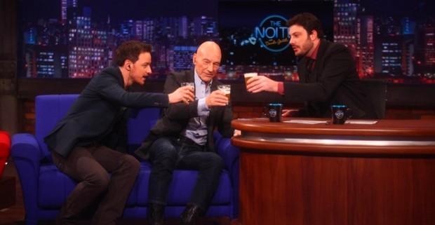 Patrick Stewart e James McAvoy beberam cerveja com Danilo Gentili