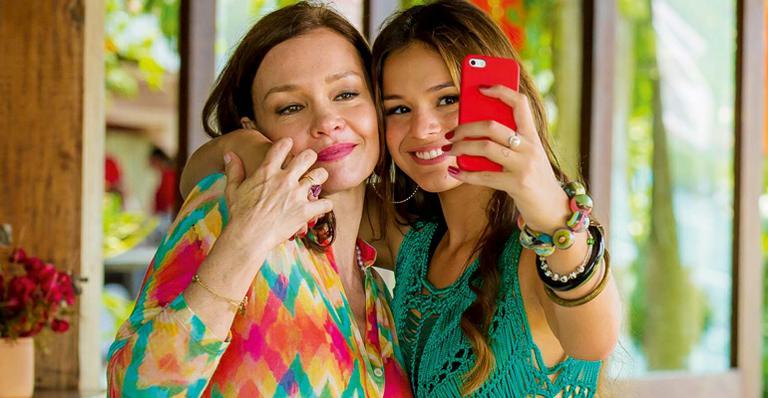 Julia Lemmertz e Bruna Marquezine tiram selfie nos bastidores