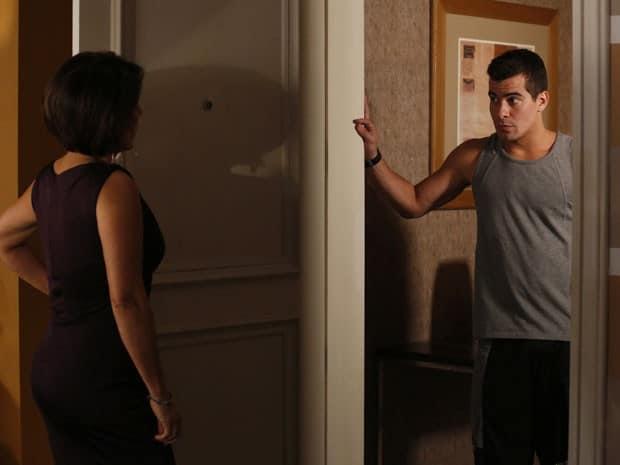 Diogo vai até o apartamento de Beatriz