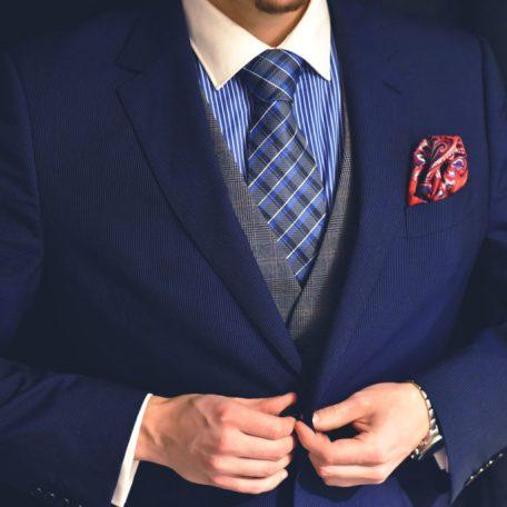 Hodvábna modro čierna kravata, kockovaná.