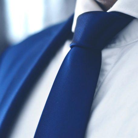 Luxusná navy tmavo modrá jednofarebná kravata zo zamatovo jemného hodvábu