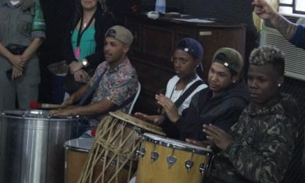 Jovens da Lomba do Pinheiro e Banda da Brigada Militar ensaiam juntos para evento do POD