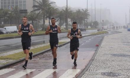 Jogadores do Inter treinaram na beira da praia no Rio de Janeiro