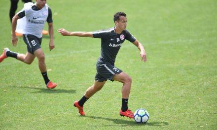 Juan Alano treina entre os titulares