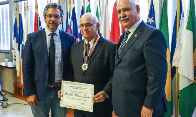 Romildo se emociona ao receber Medalha do Mérito Farroupilha