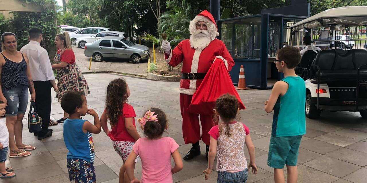 Papai Noel faz a alegria das crianças na Santa Casa