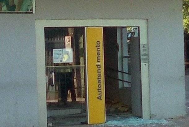 Criminosos com fuzis atacam agência do Banco do Brasil