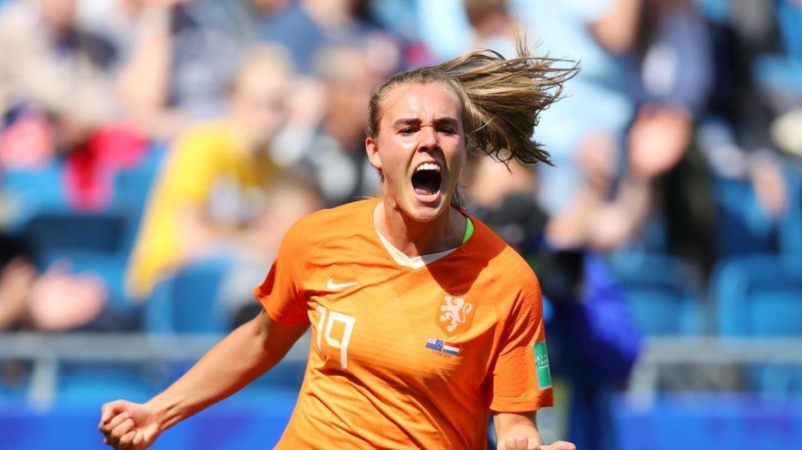 No apagar das luzes, Holanda vence na estreia da Copa do Mundo