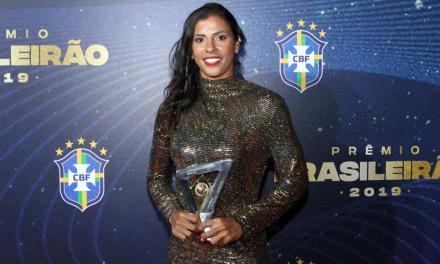Fabi Simões do Inter recebe prêmio de melhor lateral-direita do Brasileirão