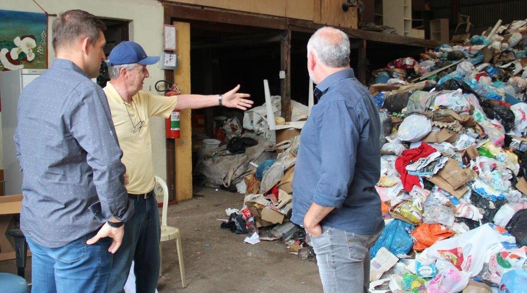 Prefeitura de Bento Gonçalves repassa recursos para associações de recicladores