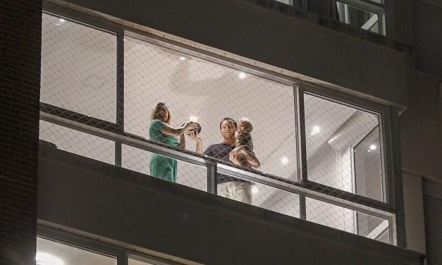 Porto-alegrenses cantam parabéns para a cidade nas janelas