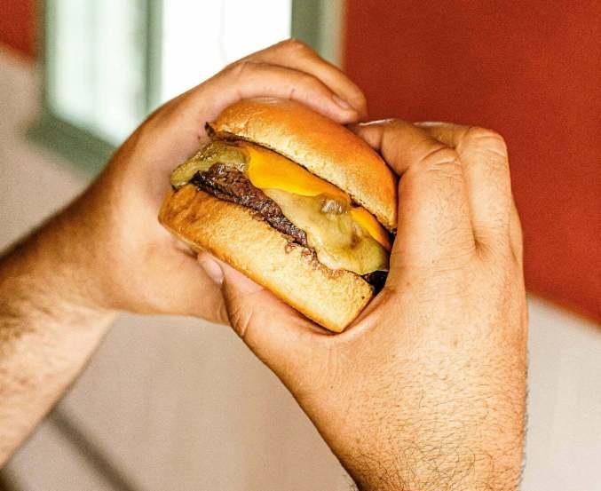 Burger-o-Luxo-do-Gaucho-Credito-Ricardo-Lage-300x245 Aniversário de Porto Alegre & roda de chimarrão virtual
