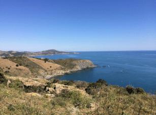 Vue sur la mer depuis la côte Vermeille (nom donné à la côte rocheuse du sud des Pyrénées-Orientales. Elle commence au sud d'Argelès-sur-Mer sur la plage du Racou et se prolonge jusqu'à la frontière espagnole à Port-Bou en passant par Collioure, Port-Vendres, Banyuls-sur-Mer et Cerbère)