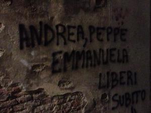 De namen van de drie gevangenen duiken overal op in Italië met de boodschap 'Liberi subito!'