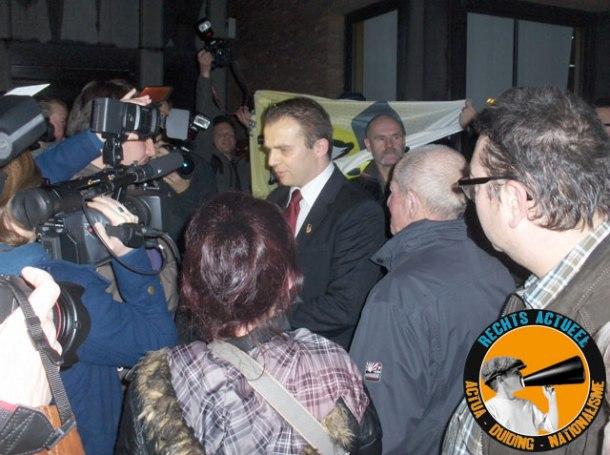 Kristof Slagmulder, fractieleider voor het Vlaams Belang, staat de verzamelde pers te woord.