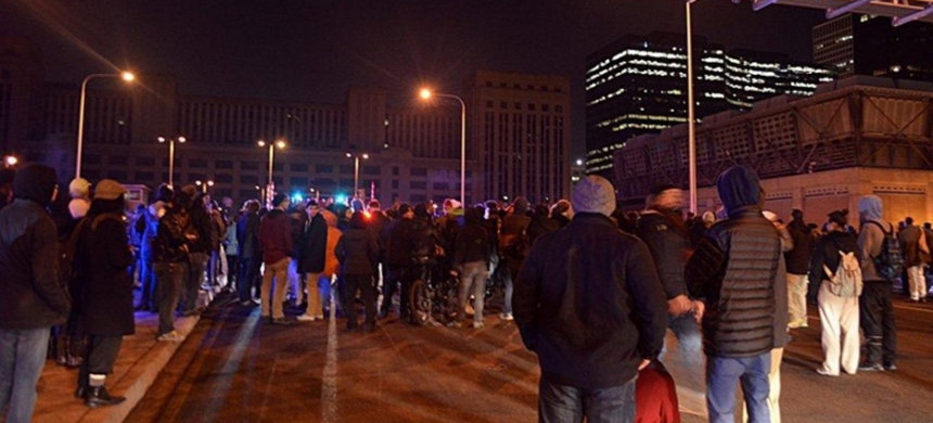 Protesters shut down a Chicago highway last night during protests for Laquan McDonald. (photo: Aaron Cynic/Twitter)