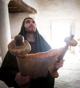 Jesus reads a scroll in Naxareth