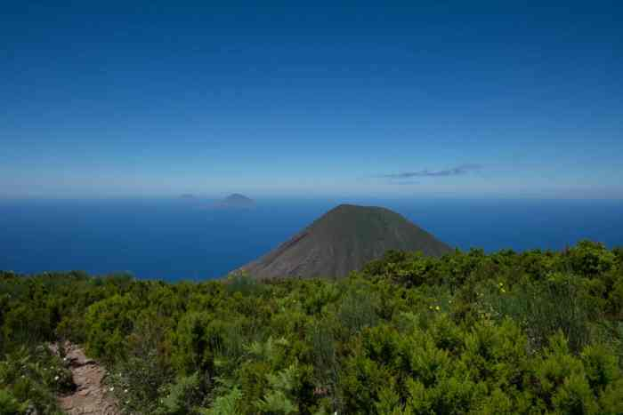 Best hikes Aeolian islands: Hiking trail Monte Fossa delle Felci at Salina island