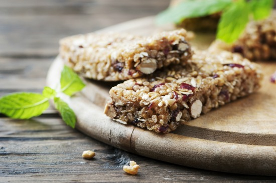 DIY: How To Make Your Own Protein Bars With Only 4 Ingredients