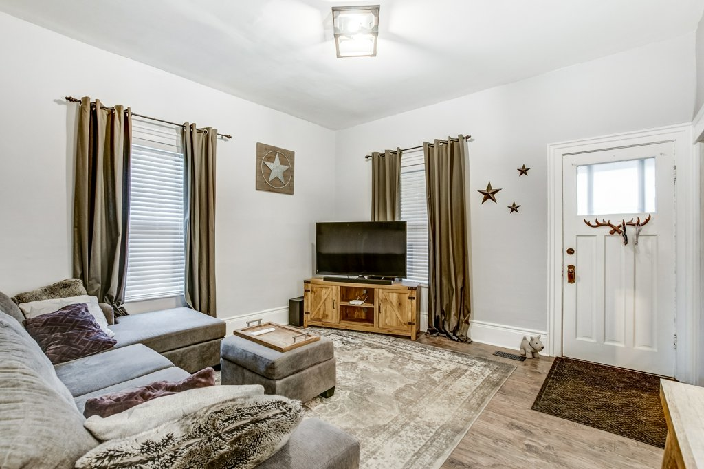 90 Maple St Catharines livingroom3 1 - Recently SOLD in St. Catharines