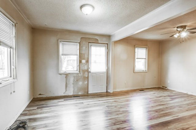 007 546 Quebec Hamilton livingroom - 546 Quebec St, Hamilton