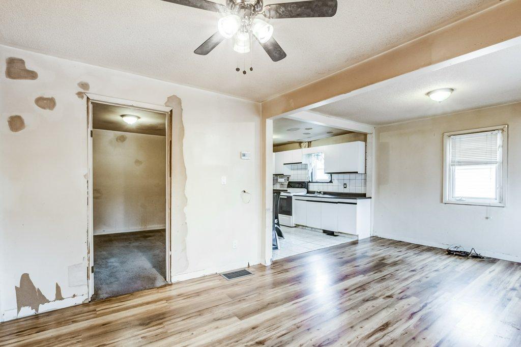 009 546 Quebec Hamilton livingroom3 - 546 Quebec St, Hamilton