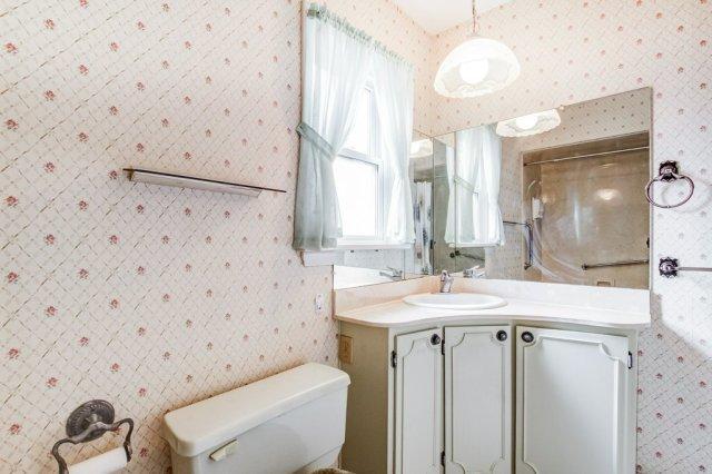 011 136 Auburn Hamilton bathroom1 - Recently SOLD - East Hamilton