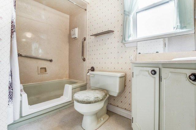 012 136 Auburn Hamilton bathroom2 - Recently SOLD - East Hamilton