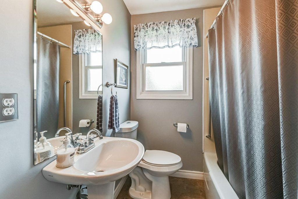 019 716 Upper Paradise Hamilton bathroom - 716 Upper Paradise Road, Hamilton