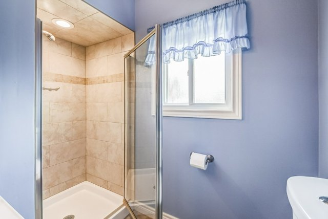 024 716 Upper Paradise Hamilton bathroom3 - 716 Upper Paradise Road, Hamilton