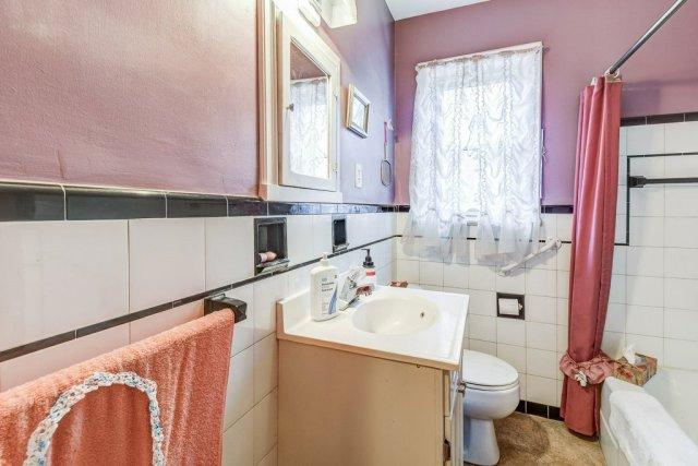 022 220 Glencarry Hamilton bathroom 1 - Recently SOLD ~ East Hamilton