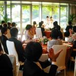 結婚式の余興は新郎新婦たちで!歌のデュエットを披露しよう