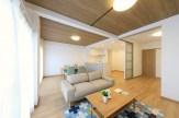 LD天井にはサンゲツの木目が美しい壁紙を採用しました。