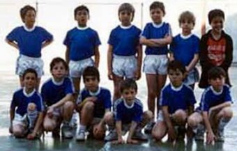 Альваро - второй слева (стоит)