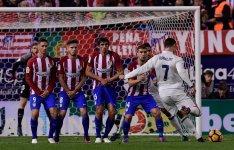 Криштиану Роналду забивает Атлетико гол со штрафного