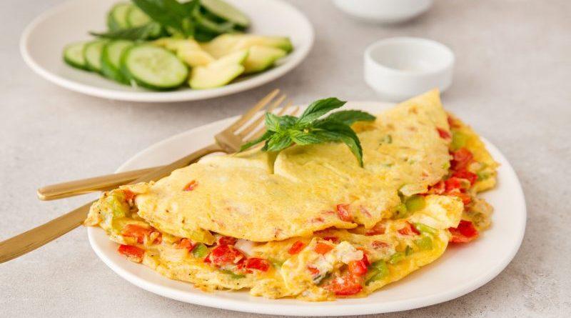 Omletă cu ardeii și roșii. Rețeta perfectă pentru un mic dejun sănătos și rapid. Ai nevoie doar de 10 minute