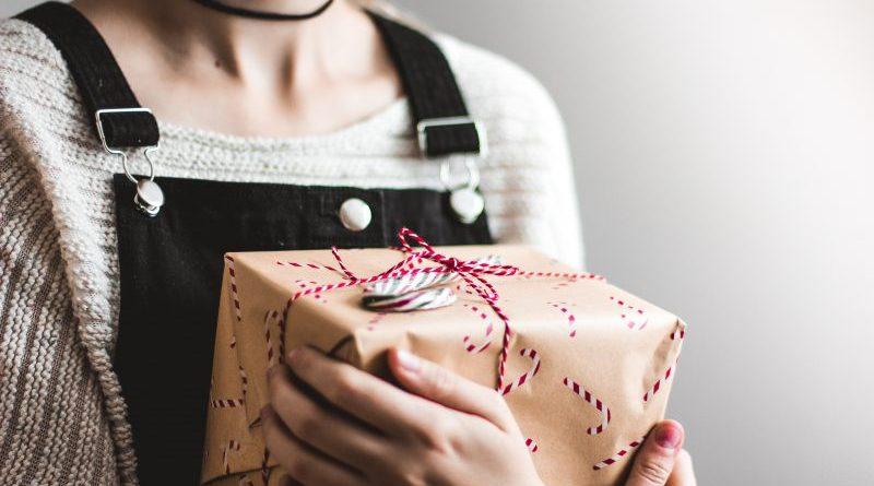 Nu știi ce cadou să oferi unei femeii ? Aici găsești top 3 cadouri care nu te vor da de rușine la nici o sărbătoare și vei impresiona fără nici o îndoială