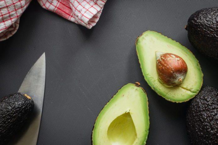 Cele mai spectaculoase bruschete cu somon și avocado. Rețeta unui aperitiv de nota 10 în doar 10 minute