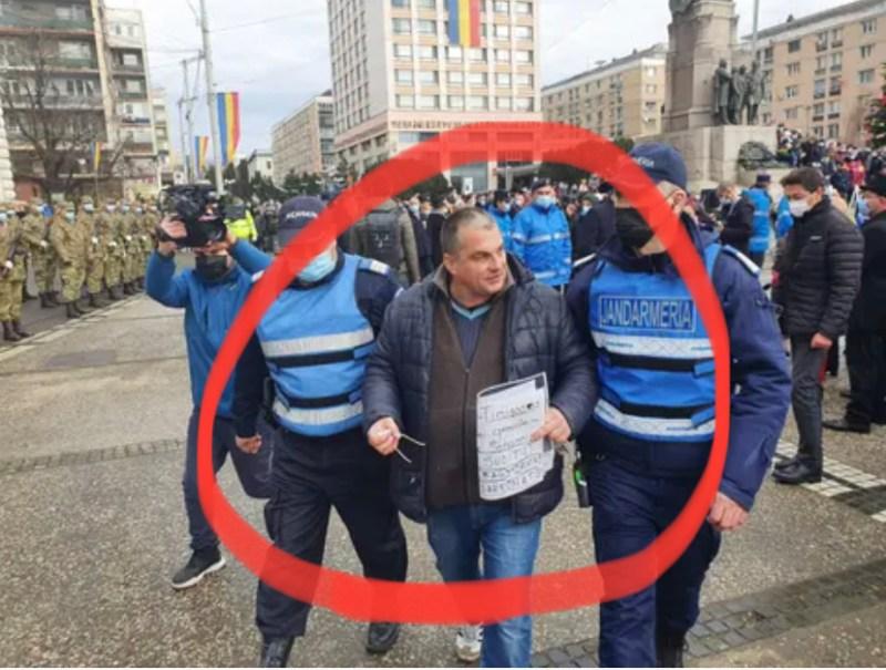 (VIDEO) Primarul Iașului murdărit cu iaurt și jignit de un protestatar. Incidentul cu Mihai Chirica a avut loc chiar în Piaţa Unirii la ceremonia dedicată Unirii Principatelor