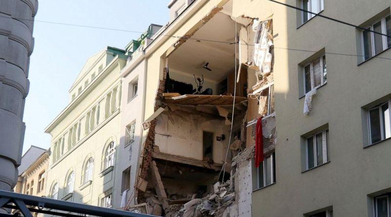 (VIDEO) Caz ieșit din comun în județul Piatra Neamț. Un bărbat și-a aruncat apartamentul în aer după ce a pierdut custodia copilului său. Fiul lui se afla în apartament