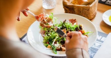 La ce oră trebuie de luat cina? Care sunt efectele unei mese târzii