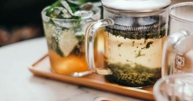 Tipurile de ceai care se beau seara. Aceste plante te vor ajuta să dormi ca un bebeluș