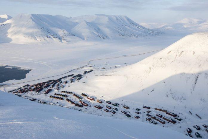 Špicberky: Výhled z Platåberget na Longyearbyen
