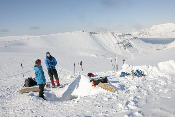 Špicberky: Skrytý vstup do ledové jeskyně na Larsbreenu